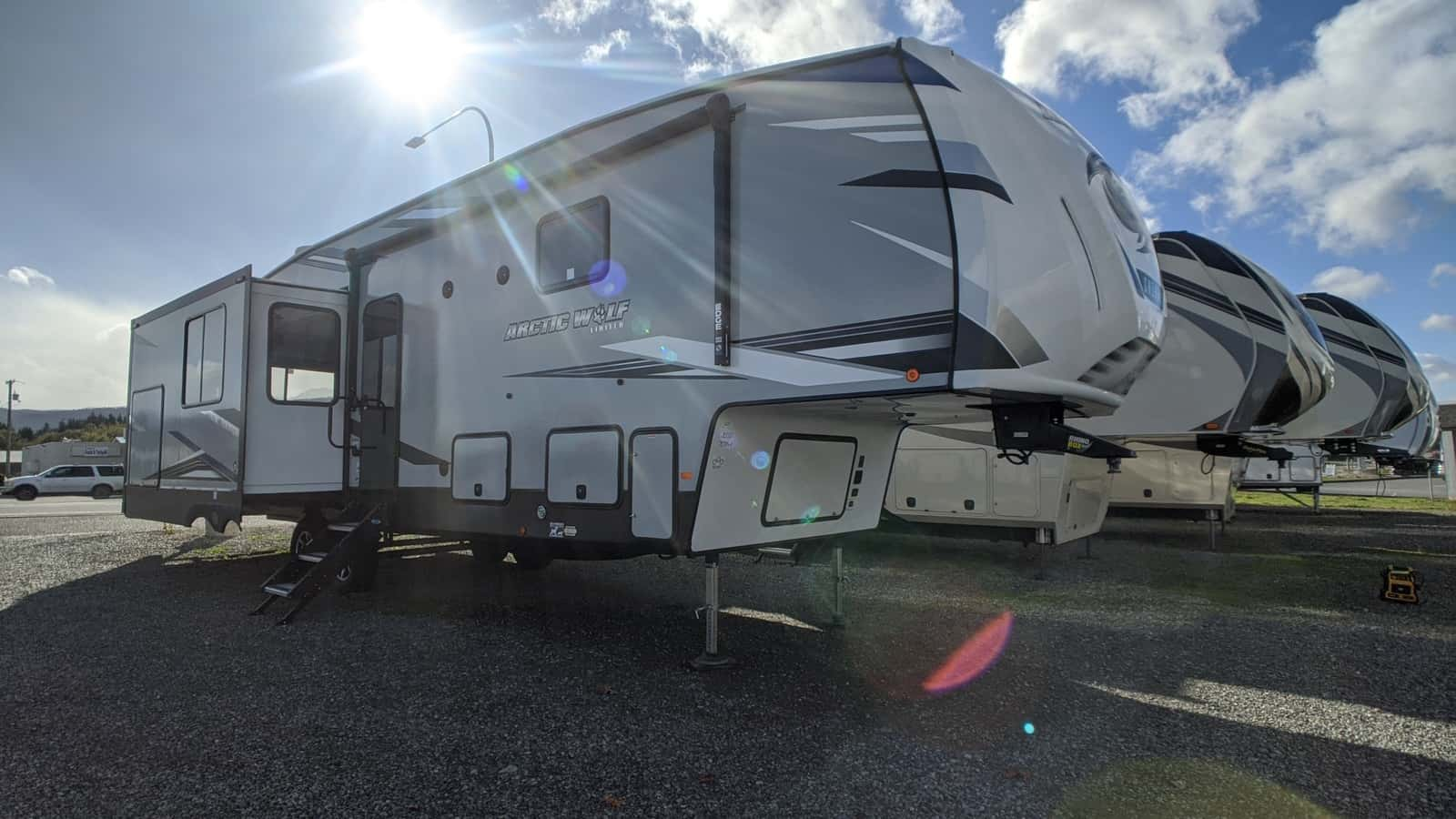 NEW 2021 Forest River Cherokee Arctic Wolf 3550 SUITE