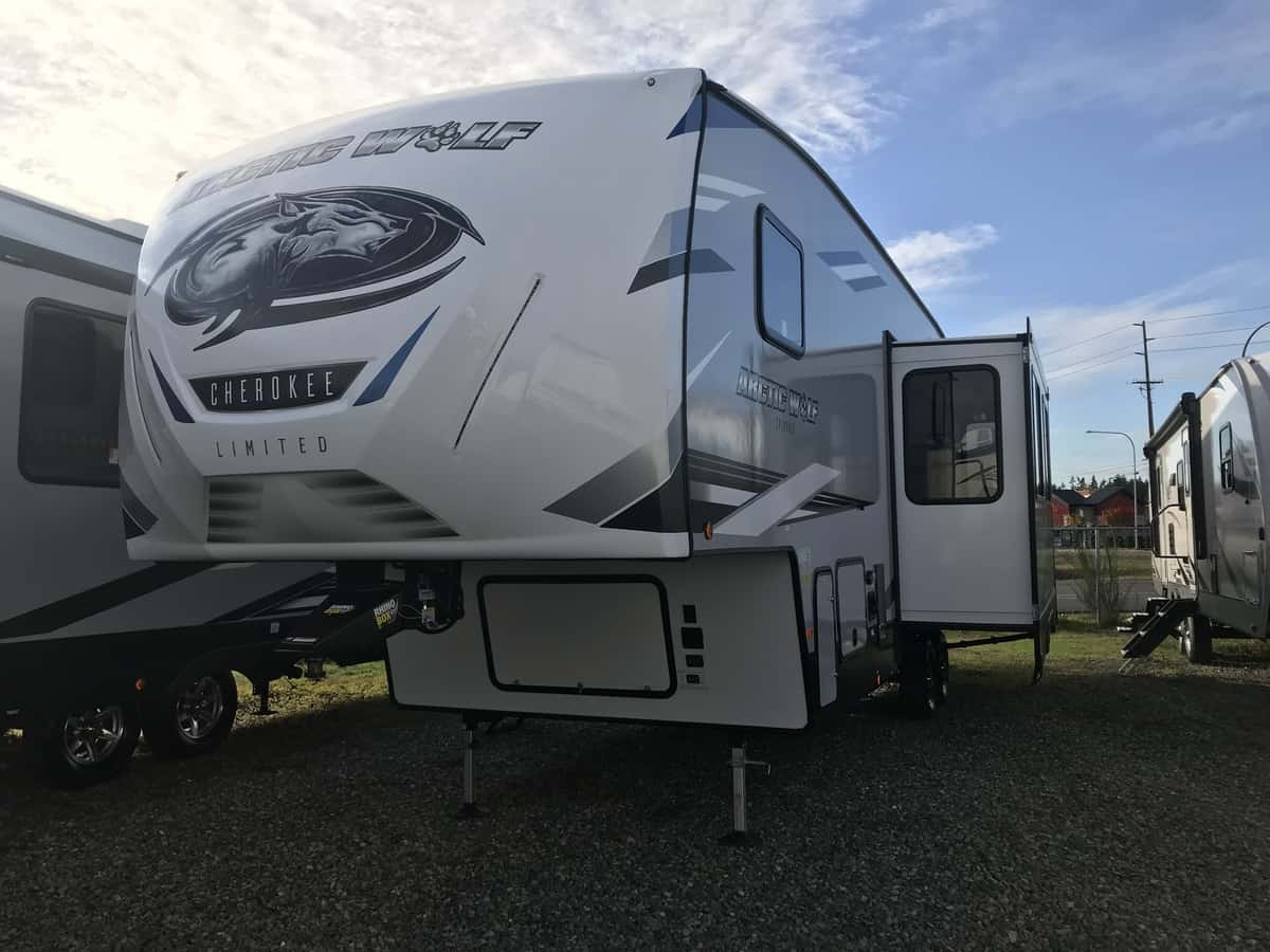 NEW 2021 Forest River Cherokee Arctic Wolf 321BH